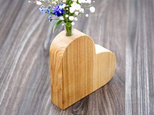 Herz aus Holz mit Vaseneinsatz aus Glas
