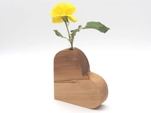 holzherz mit Vaseneinsatz für eine Blume