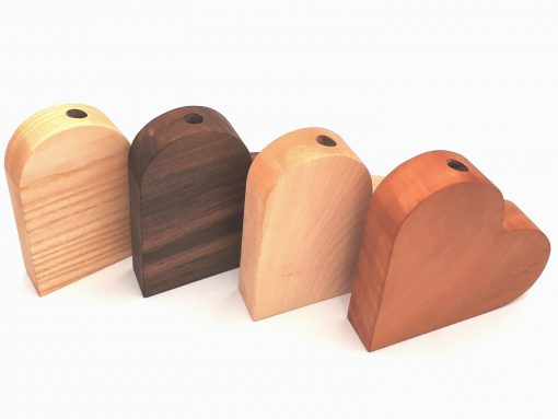 Holzherz mit Vaseneinsatz gibt es in vielen Holzarten