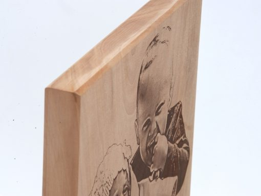 Bildgravur auf einer hochwertigen Holzplatte